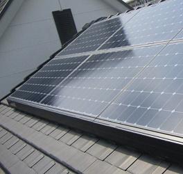 屋根置き型の太陽光発電パネルの例
