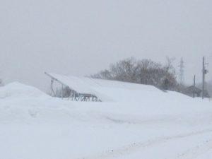 雪から架台が見える太陽光発電