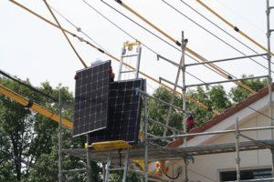 太陽光発電パネルを上げるハシゴ