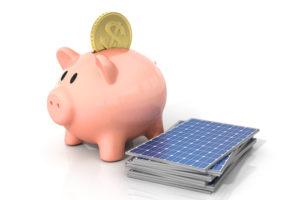 ブタの貯金箱と太陽光パネル